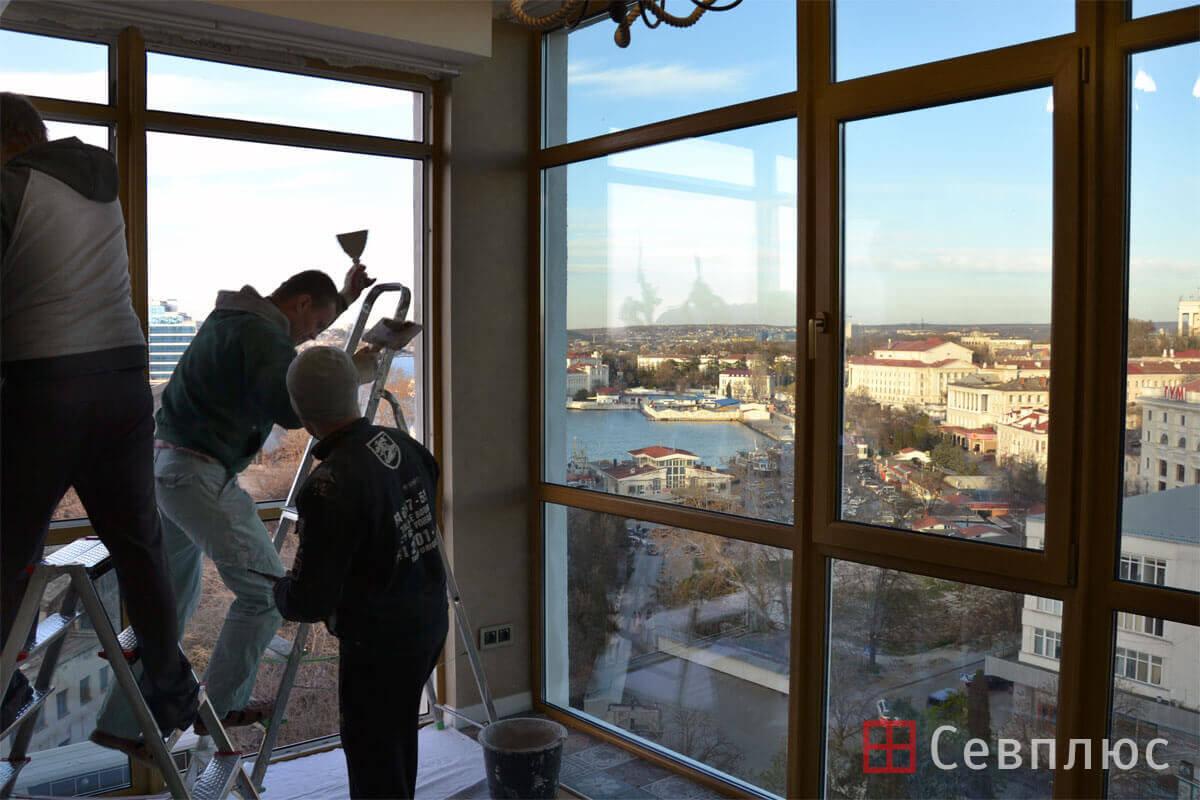 Пластиковые окна в Севастополе. Севплюс. Остекление квартиры в Артбухте. Специалист по откосам работает параллельно с монтажниками