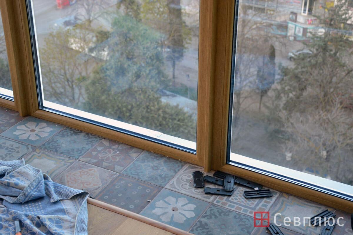 Пластиковые окна в Севастополе. Севплюс. Остекление квартиры в Артбухте. Новые окна вошли в нишу и прижались к плитке и стенам