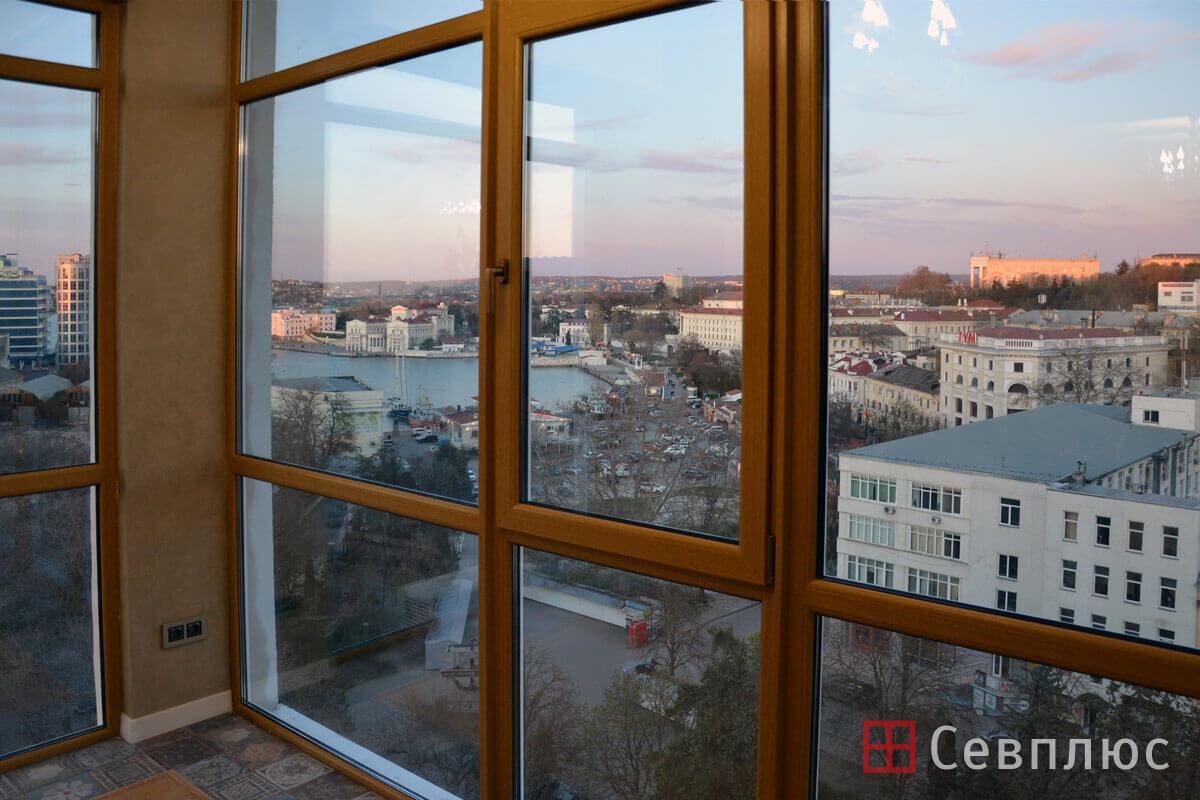 Пластиковые окна в Севастополе. Севплюс. Остекление квартиры в Артбухте. Снаружи профиль белого цвета, а внутри с ламинацией