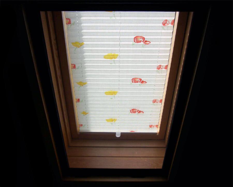 Шторы плиссе на мансардном окне