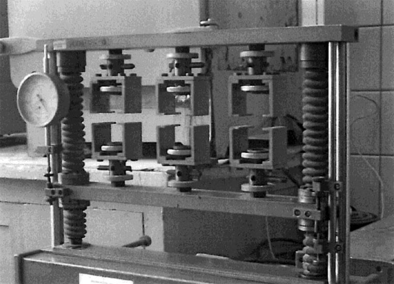 Малоцикловая усталостная машина при испытании пенного утеплителя на деформационную устойчивость