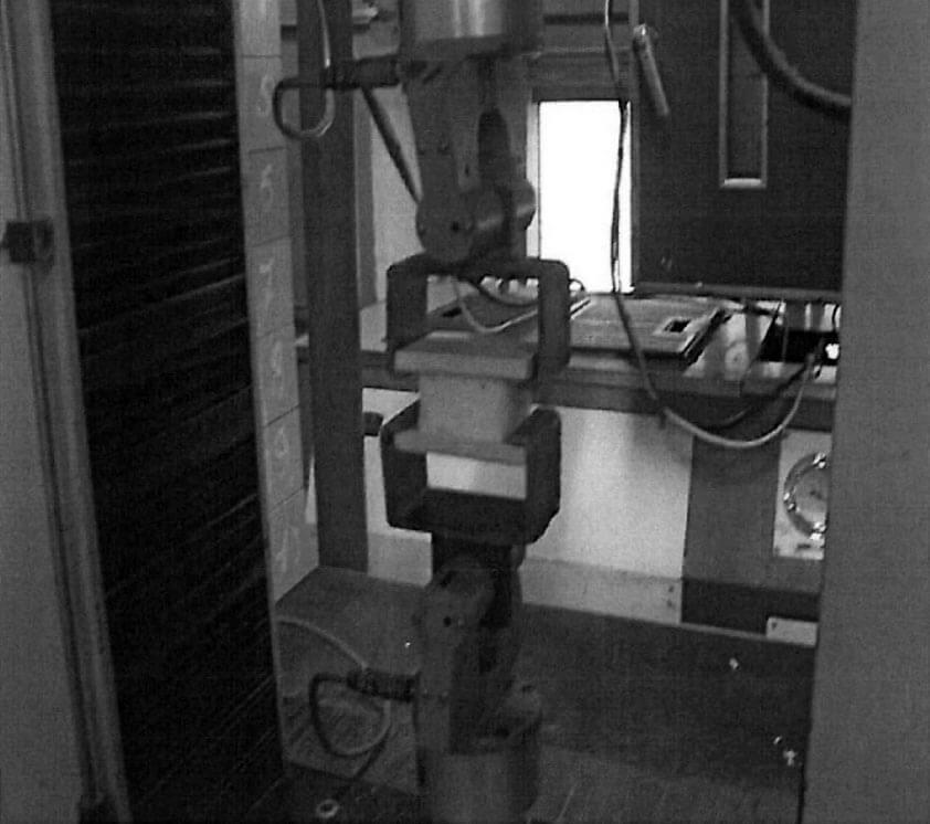 Пример крепления образца в разрывную машину при определении прочности на растяжение пенного уплотнителя